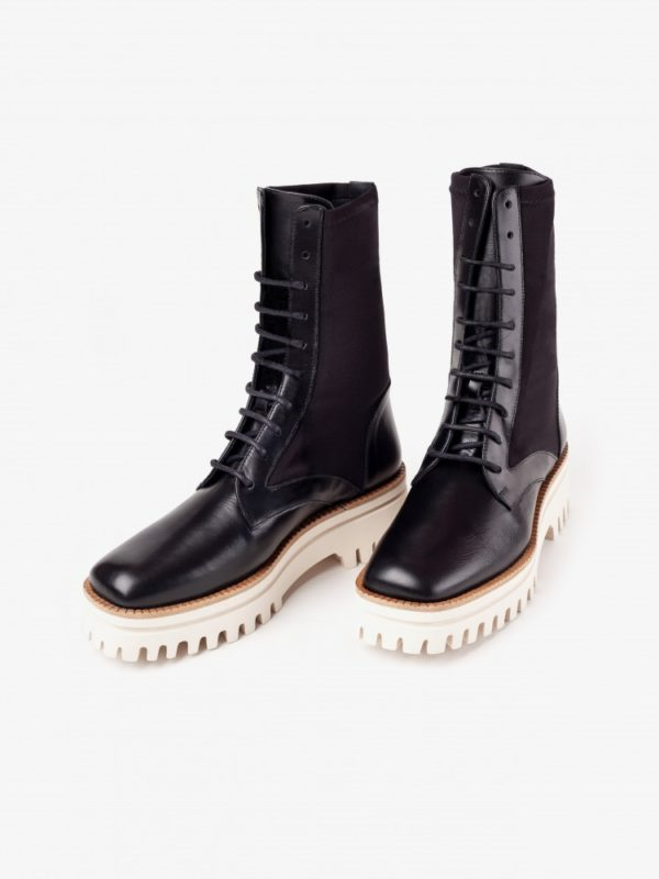 Lace-up black boot with contrast toothed platform