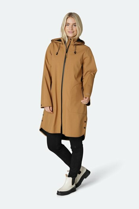A feminine and functional raincoat in a flattering and comfortable a-shaped silhouette. Style is made of breathable soft shell material and body length is just below the knee. The style features a detachable hood, slits in side seams with press buttons, button closure at arm wrist, Ilse Jacobsen Hornbæk reflective logo on left sleeve and a YKK 2-way aqua guard zipper along center front and at pockets. This functional material resists water pressure up to 5000 mm. On top of the fabric we added an Ecorepel water and dirt repellent coating to ensure your garment a long life. All seams are taped. Composition: Shell 94% Polyester, 6% Elastane. Bonding 100% Polyester fleece. Functionality: W/P 5000 mm, M/P 3000 g/m2.